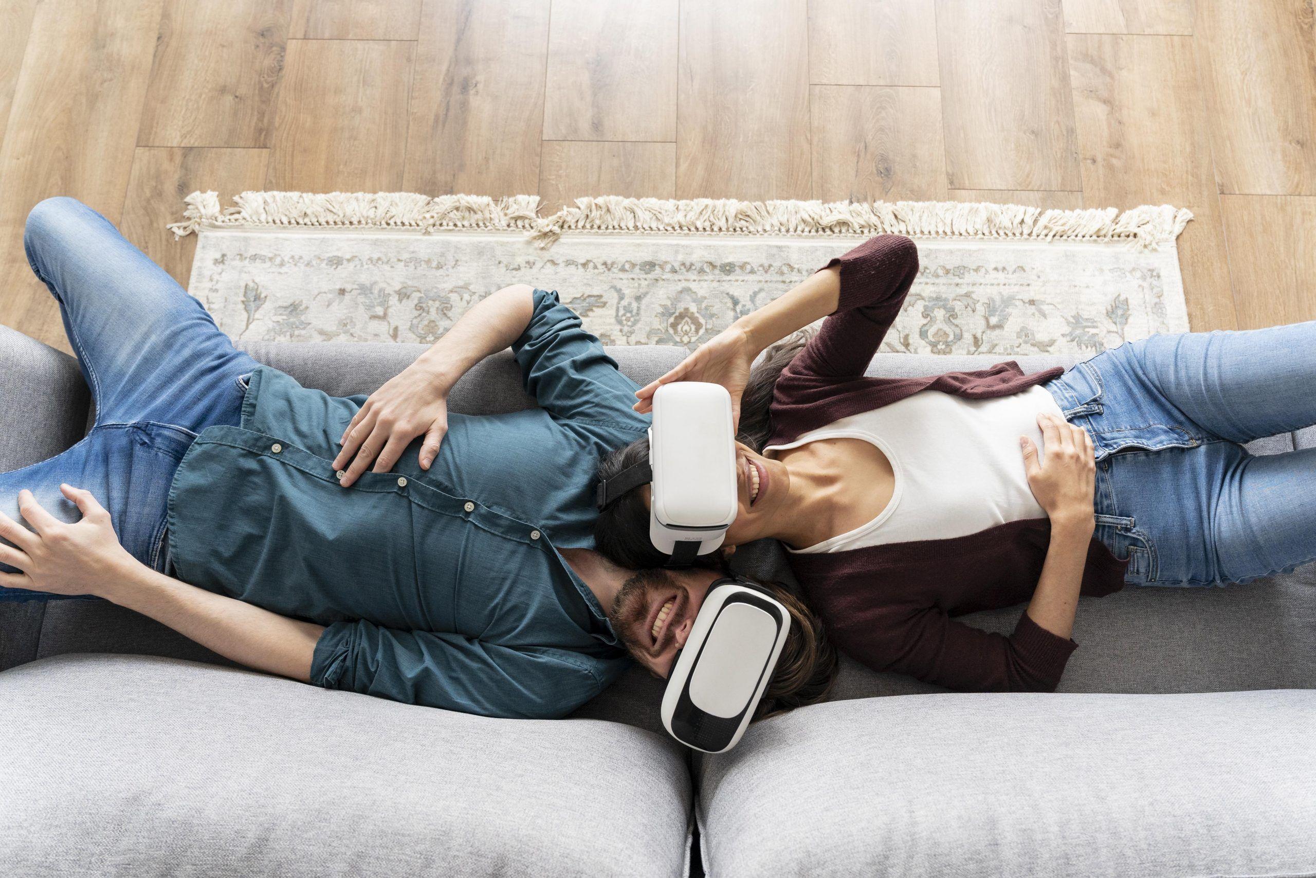 homme-femme-visite-virtuelle-canapé